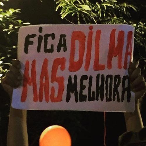 18.mar.2016 - Defendendo o direito de Dilma permanecer no poder, manifestante na avenida Paulista, em São Paulo cobrou melhoria no governo petista
