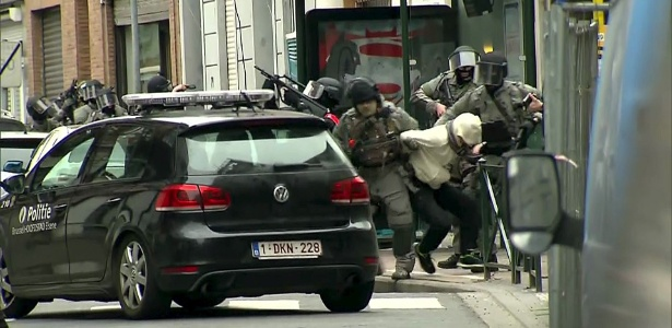 Imagem de vídeo mostra momento em Salah Abdeslam, de casaco branco, é preso por policiais belgas, em Molenbeek, próximo a Bruxelas (Bélgica)