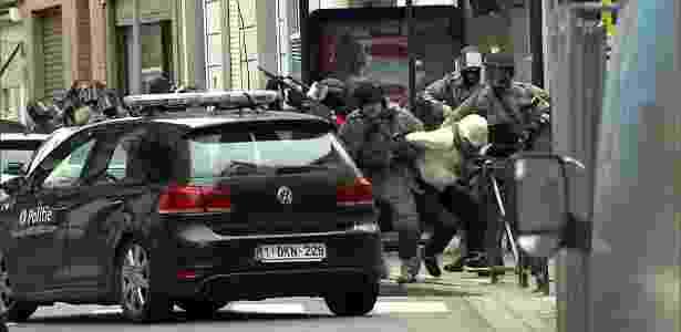Imagem de vídeo mostra momento em Salah Abdeslam é preso por policiais belgas, em Molenbeek, próximo a Bruxelas (Bélgica) - VTM/Reuters