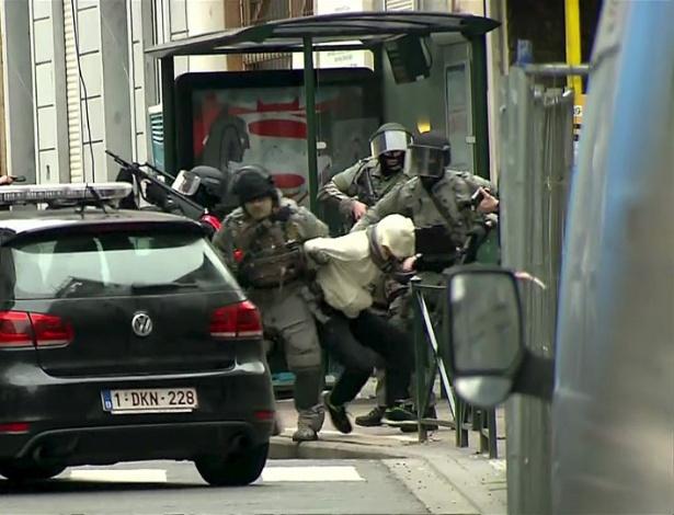 20.mar.2016 - Salah Abdeslam, suspeito por participação em atentados a Paris em novembro de 2015, é preso por policiais belgas em Molenbeek, na Bélgica