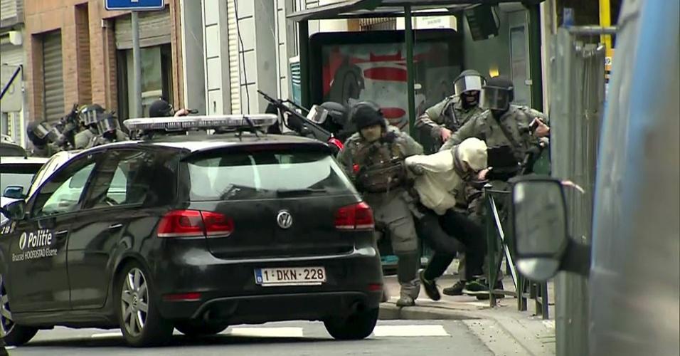 20.mar.2016 - Imagem de vídeo mostra momento em Salah Abdeslam é preso por policiais belgas, em Molenbeek, próximo a Bruxelas (Bélgica)