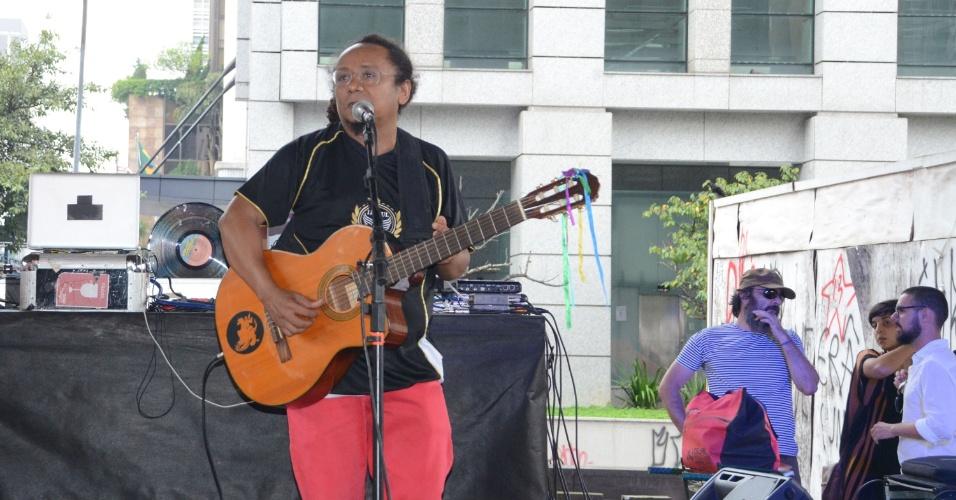 30.mar.2016 - Músico paraibano Chico César se apresenta no ato