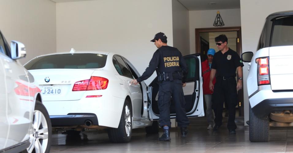 """12.abr.2016 - Movimentação de policiais federais na residência do ex-senador Gim Argello (PTB), no Lago Sul, em Brasília (DF). Argello foi preso na 28ª fase da Operação Lava Jato, batizada de """"Vitória de Pirro"""". A força-tarefa da Lava Jato afirmou que 'foram colhidas evidências' de que Argello recebeu propina de R$ 5,35 milhões das empreiteiras UTC e OAS. Ele foi um dos principais articuladores da base governista no primeiro mandato da presidente Dilma Rousseff (PT)"""