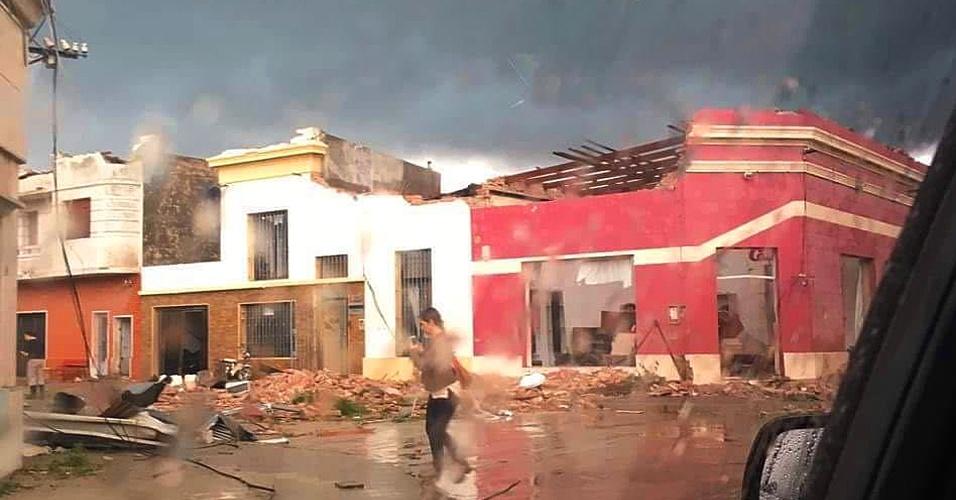 16.abr.2016 - Uma série de temporais deixou pelo menos quatro mortos, centenas de feridos e várias casas destruídas em cidades da província de Soriano, no Uruguai