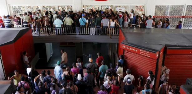 A rotina de filas, privações e saques criada pela escassez de comida na Venezuela