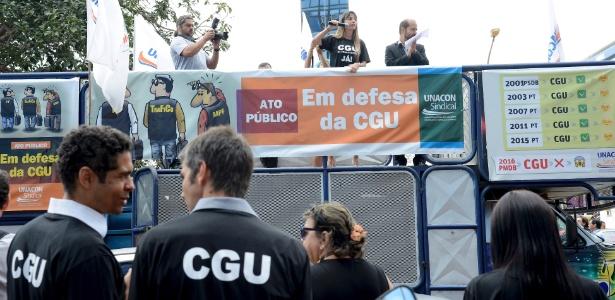 18.mai.2016 - Ato contra a extinção da CGU em frente à sede do órgão, em Brasília