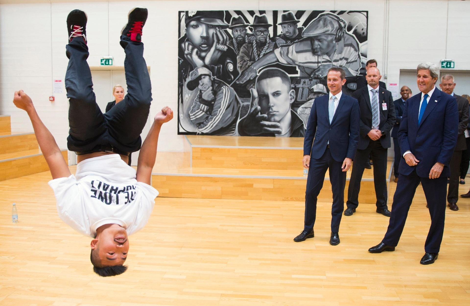 17.jun.2016 - O secretário de Estado norte-americano, John Kerry (à dir.), assiste a uma apresentação de dança ao lado do colega anfitrião, Kristian Jensen, em Copenhague. A apresentação na capital da Dinamarca faz parte de um tour criado pela Game, organização que promove esportes para a juventude