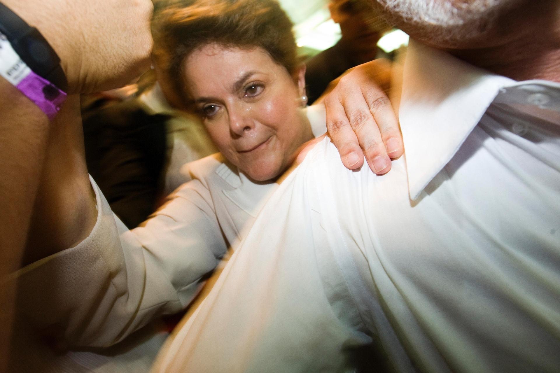 31.out.2010 - Dilma Rousseff venceu a primeira eleição da sua vida no segundo turno contra o candidato do PSDB, José Serra. Recebeu 55,7 milhões de votos (56,05%), sendo a primeira mulher a chegar ao Palácio do Planalto. Na foto, feita em 31 de outubro, ela comemora o resultado do segundo turno