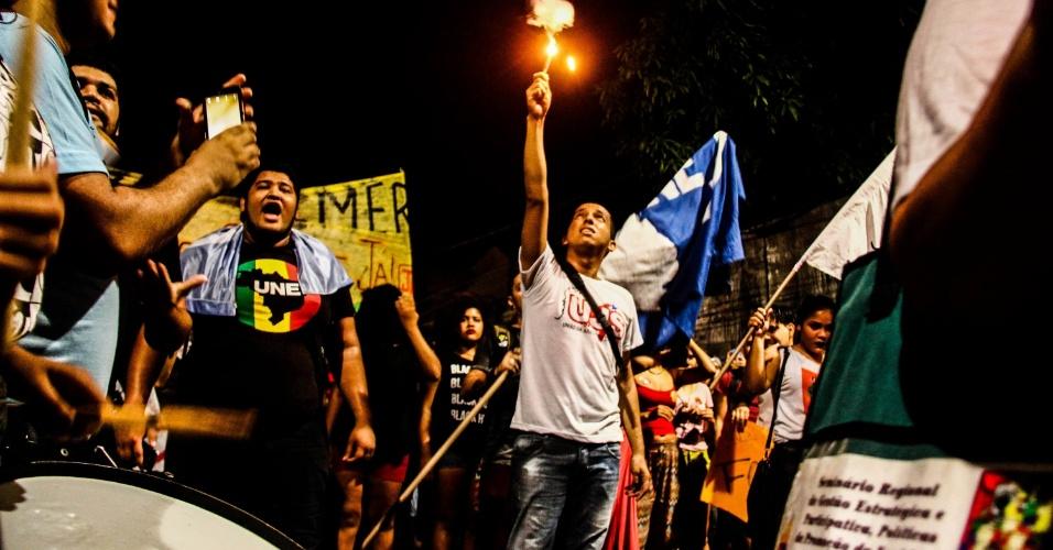 """3.set.2016 - Manifestantes realizam o """"Fora Temer, que teve concentração no Mercado de São Brás, em Belém (PA). O grupo saiu em caminhada pela avenida José Malcher. Durante o protesto, houve confronto com a polícia. Quatro pessoas foram detidas"""