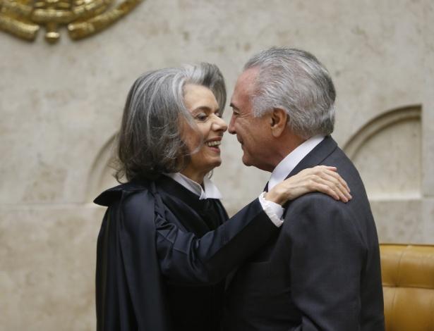 O presidente Michel Temer cumprimenta a ministra Cármen Lúcia durante sua posse como presidente do STF