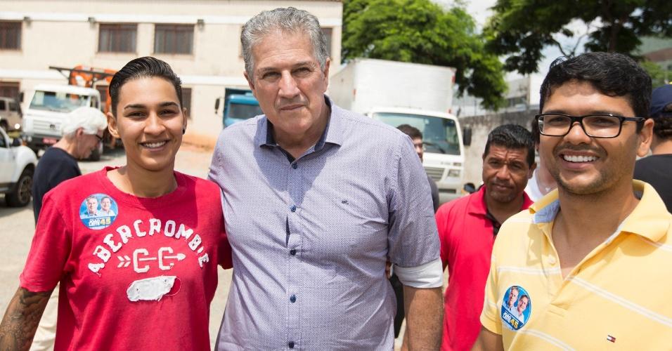 1.out.2016 - Candidato a prefeito de Belo Horizonte, João Leite (PSDB) posou para fotos durante caminhada pelo bairro Betânia, zona oeste da cidade