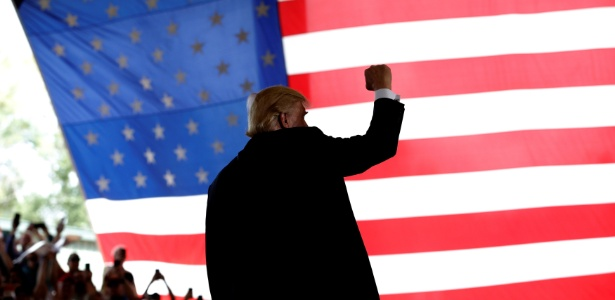 O candidato republicano Donald Trump gesticula durante campanha em Ocala, na Flórida