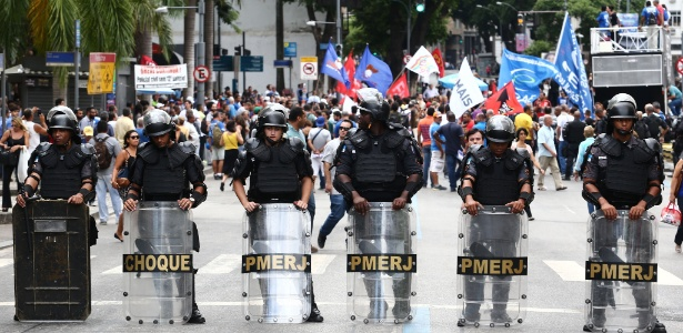 Funcionários da Cedae, que iniciaram greve contra a privatização, protestaram nesta terça diante da Alerj durante votação das emendas
