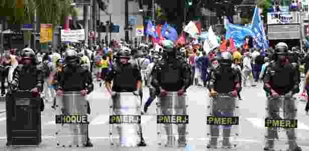 Funcionários da Cedae, que iniciaram greve contra a privatização, protestaram nesta terça diante da Alerj durante votação das emendas - Wilton Júnior/Estadão Conteúdo