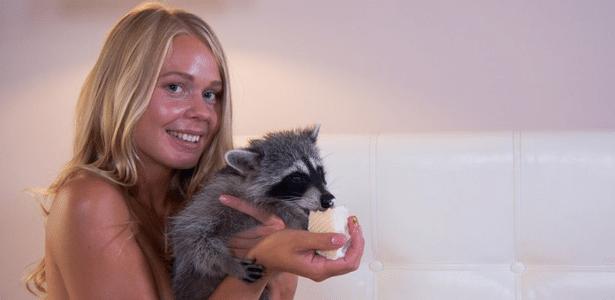 Uma agência de publicidade alugou o guaxinim e o usou em um vídeo com uma modelo nua