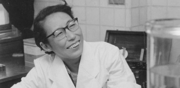 30.abr.2017 - Utako Okamoto no seu laboratório em 1961