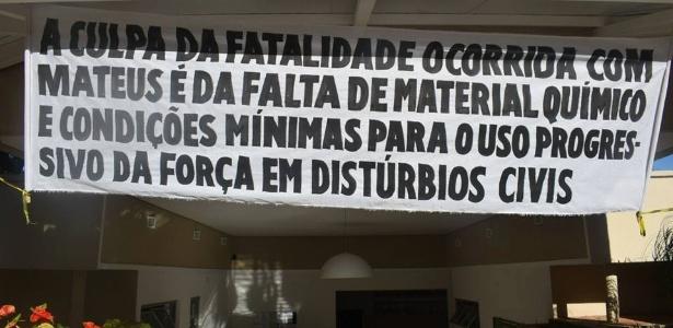 Faixa em sede de associação de PMs critica condições de trabalho