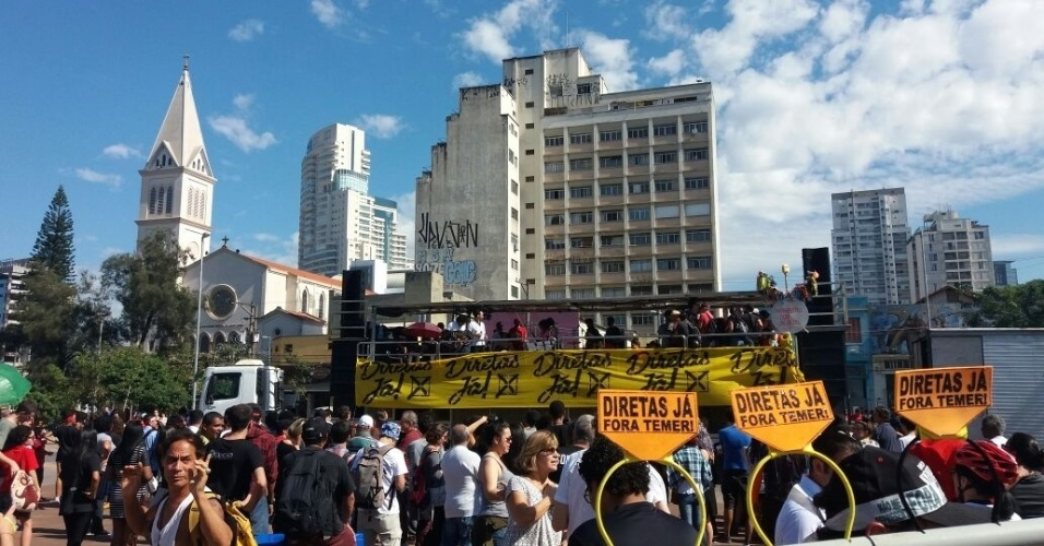 4.jun.2017 - Protesto organizado por artistas no Largo da Batata pede Diretas Já para substituição do presidente Michel Temer