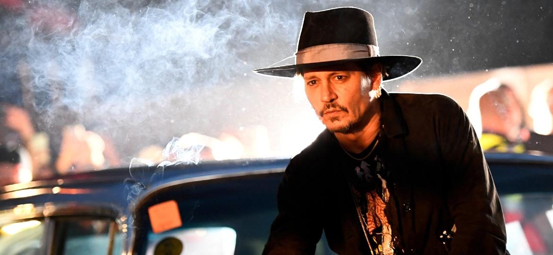 """O ator Johnny Depp posa sobre um Cadillac antes da apresentação de seu filme """"The Libertine"""" no festival Glastonbury, no Reino Unido - Dylan Martinez/ Reuters"""