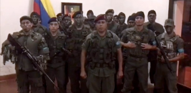 O ex-capitão da Guarda Nacional da Venezuela (GNB), Juan Carlos Caguaripano Scott (no centro), liderou uma rebelião contra o governo