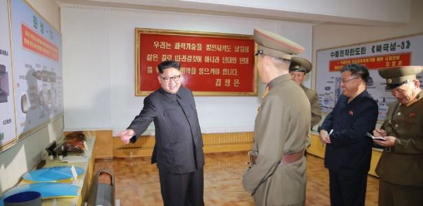 24.ago.2017 - Foto divulgada pela Coreia do Norte mostra quadros com projetos dos novos mísseis balísticos - AFP