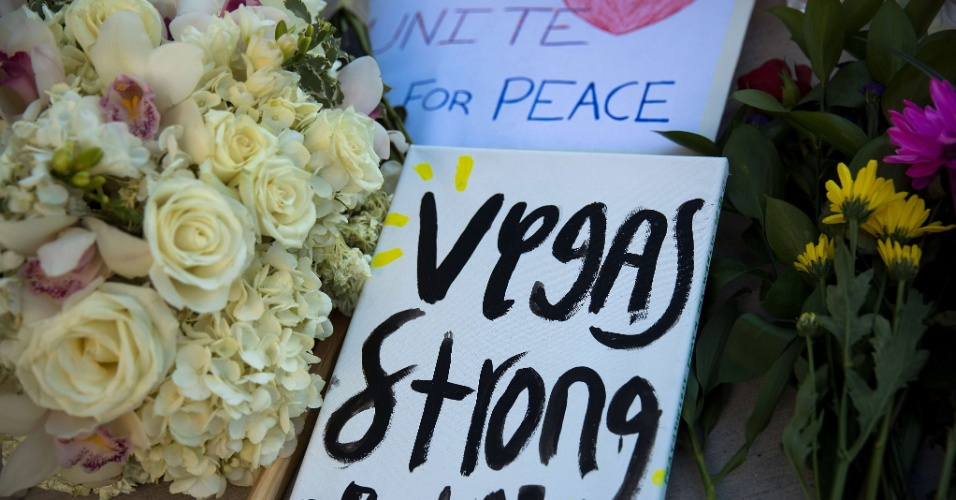 """3.out.2017 - Um cartaz com a mensagem """"Vegas Strong"""" (""""Vegas forte"""", em tradução livre) é visto em um memorial improvisado em Las Vegas"""