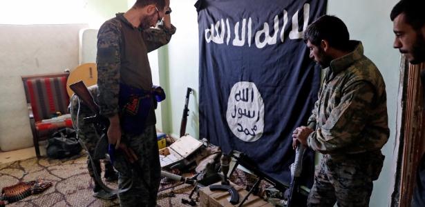 Soldados sírios inspecionam abrigo de militantes do Estado Islâmico em Raqqa