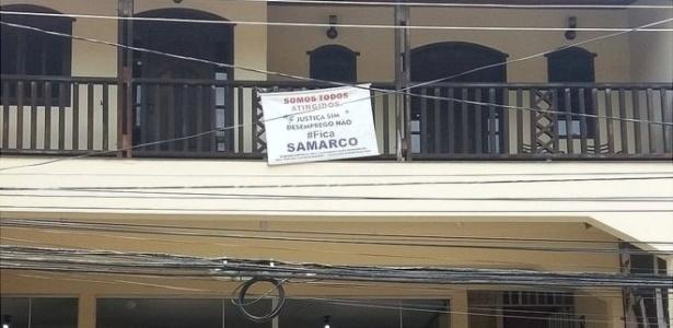 Pela cidade, cartazes pedem que Samarco volte às atividades  - Camilla Veras Mota/BBC Brasil