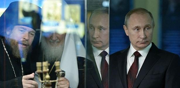 Tikhon Shevkunov (à esq.) é apontado como conselheiro espiritual de Putin