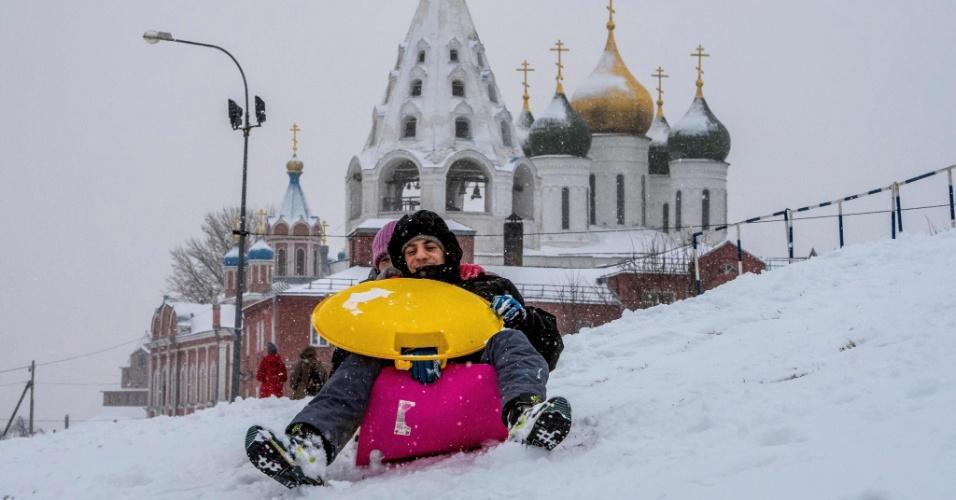 5.jan.2018 - Pessoas brincam de esquiar em Kolomna, cerca de 100 km ao sul de Moscou