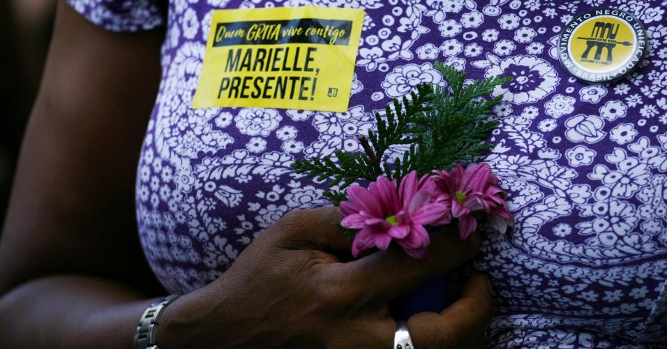 15.mar.2018 - Manifestantes se concentram diante da Câmara dos Vereadores, no centro do Rio de Janeiro, onde foi velado o corpo da vereadora Marielle Franco (PSOL-RJ)