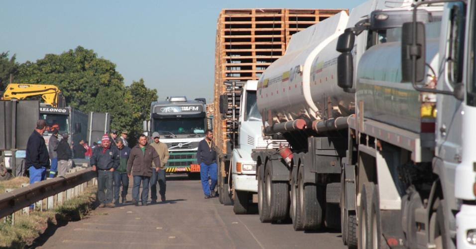 21.mai.2018 - Caminhoneiros protestam contra aumento dos combustíveis na Rodovia Zeferino Vaz (SP-332), em Paulínia (SP)