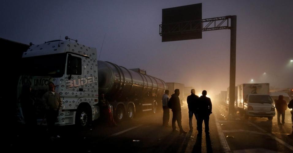 Caminhoneiros protestam na rodovia Régis Bittencourt, na altura do km 280, próximo a Embu das Artes, em São Paulo, nas primeiras horas desta quinta-feira (24). Pelo quarto dia consecutivo, caminhoneiros fazem paralisação contra a alta no preço do diesel e bloqueiam rodovias do país