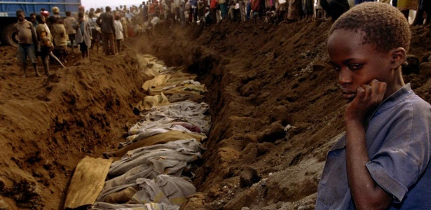 20.jul.1994 - Foto de arquivo mostra vala comum onde vários corpos foram colocados após guerra entre hutus e tutsis, em Ruanda - Corinne Dufka/Arquivo Reuters