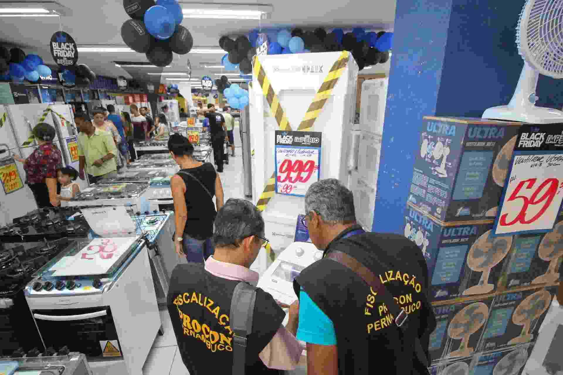 23.nov.2018 - Fiscais do Procon fazem fiscalização em lojas no centro de Recife durante a Black Friday nesta sexta-feira - Marlon Costa/Futura Press/Estadão Conteúdo