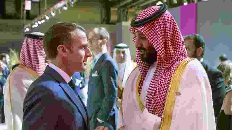 O príncipe saudita Mohammed bin Salman conversa com o presidente da França, Emmanuel Macron, durante a cúpula do G20 em Buenos Aires - BANDAR AL-JALOUD/AFP