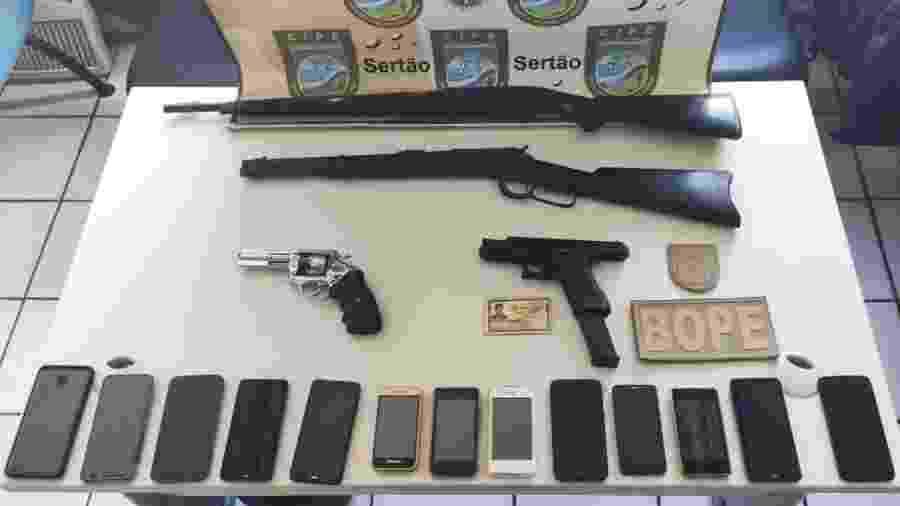 Polícia baiana exibe armas e celulares que diz ter encontrado onde Adriano Nóbrega estava escondido - Divulgação/SSP-BA