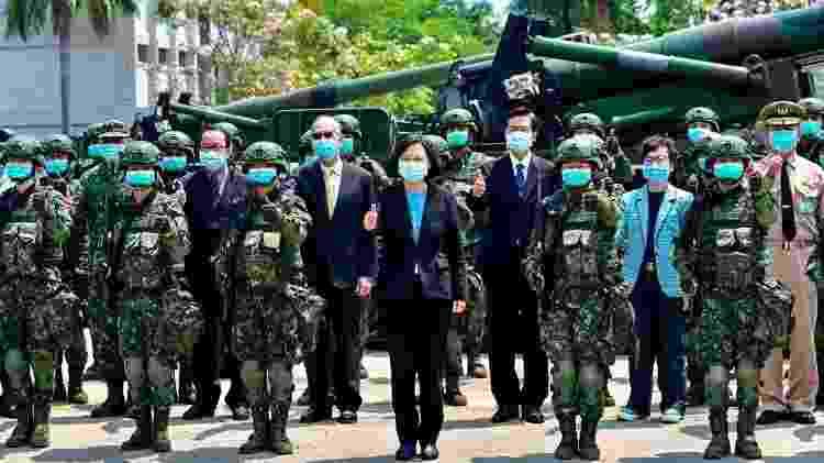 À frente de Taiwan, Tsai Ing-wen (no centro) aparece na foto entre soldados e funcionários do governo - Sam Yeh / AFP - Sam Yeh / AFP