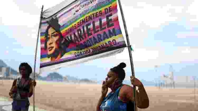 Grupo lembra Marielle com faixa contra Bolsonaro, em Copacabana - Pilar Olivares/REUTERS  - Pilar Olivares/REUTERS