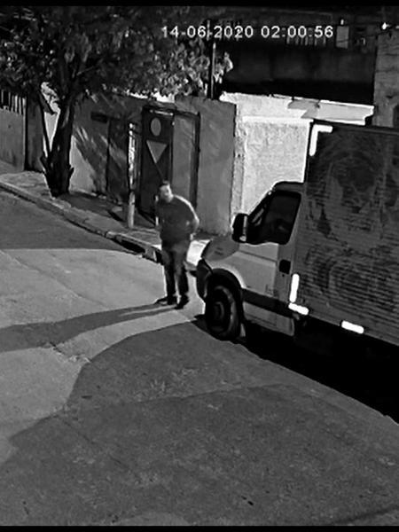 Imagens de câmera de segurança mostram o sargento da PM, Adriano de Campos, no local do sequestro de Guilherme - UOL