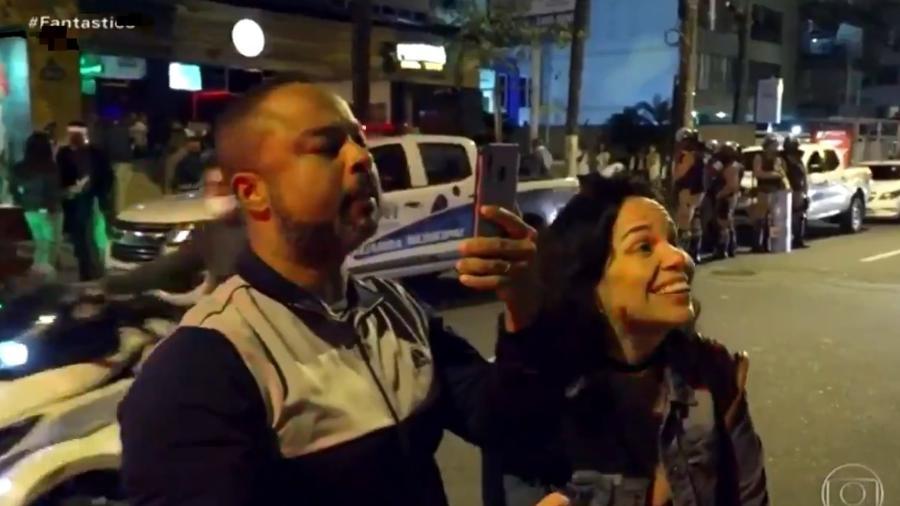 O engenheiro civil Leonardo Barros e a companheira, Nívea del Maestro, questionando a fiscalização dos bares no Rio de Janeiro - Reprodução/TV Globo
