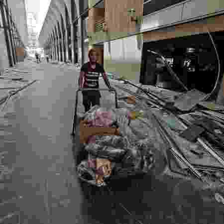 homem recolhe entulho em beirute - JOSEPH EID / AFP - JOSEPH EID / AFP