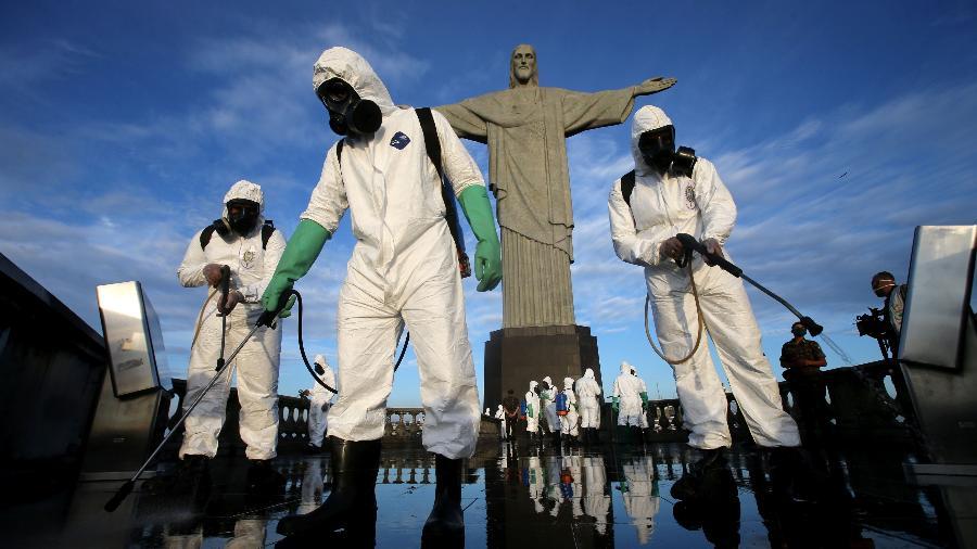 13.ago.2020 - Agentes do Comando Militar do Leste fazem a desinfecção do Cristo Redentor - WILTON JUNIOR/ESTADÃO CONTEÚDO