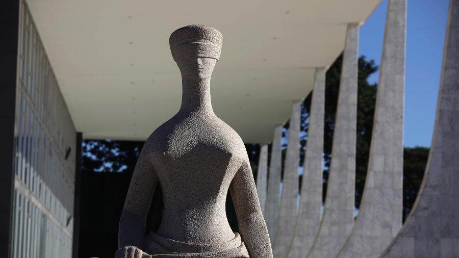 Estátua da Justiça do lado de fora do prédio do Supremo Tribunal Federal em Brasília - Reuters