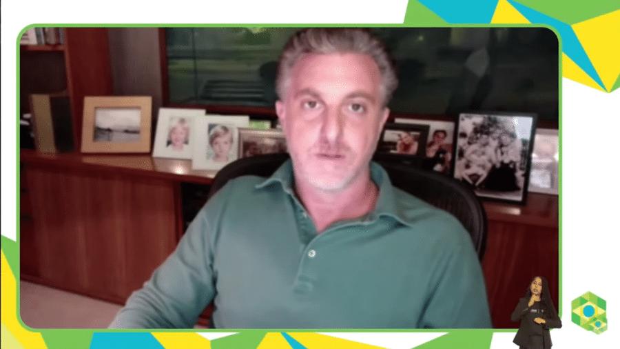 """""""A gente vai ter que deixar de lado nossas vaidades e exercitar nossa humildade"""", defendeu Luciano Huck - Reprodução/YouTube"""