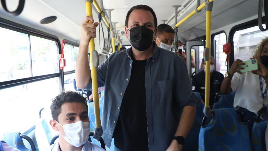 O prefeito do Rio de Janeiro, Eduardo Paes (PSD), viaja em um ônibus do BRT após reinauguração de estações na zona oeste - Alexandre Macieira/ Prefeitura do Rio de Janeiro