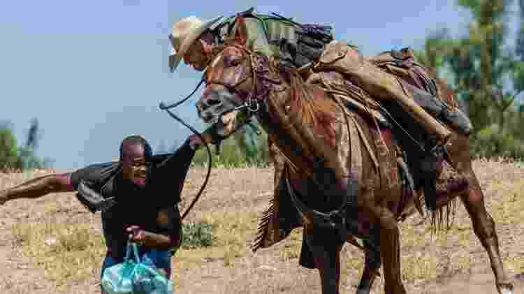 Essas imagens de agentes da patrulha de fronteira perseguindo haitianos a cavalo foram condenadas pela Casa Branca - AFP - AFP