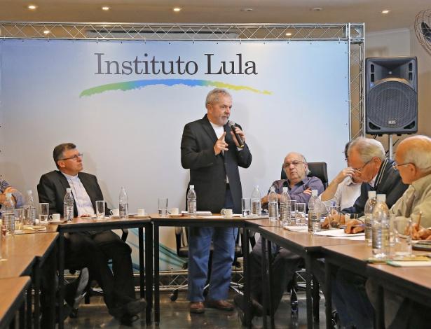 8.jun.2015 - Ex-presidente Lula participa de reunião no instituto que leva seu nome