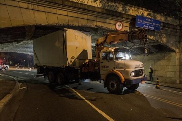22.jul.2015 - Um caminhão ficou entalado por mais de três horas no viaduto General Olímpio da Silveira, na zona oeste de São Paulo, no final da noite de terça-feira (21). Este é o segundo acidente semelhante que acontece em menos de uma semana na capital