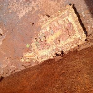 Um quadro retratando a Santa Ceia ficou para trás, parcialmente enterrado pela lama que atingiu uma casa no distrito de Paracatu, em Mariana (MG) - Carlos Eduardo Cherem/UOL